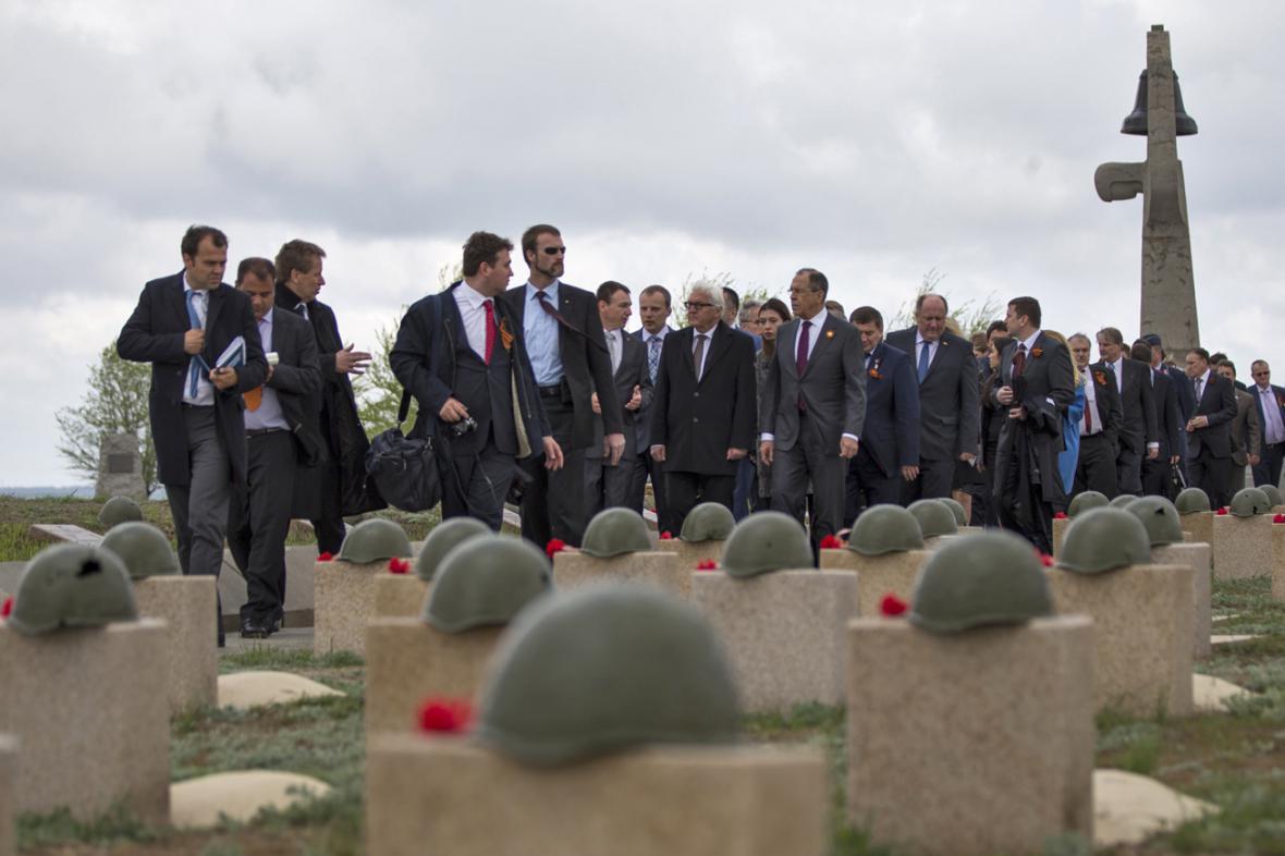 Frank-Walter Steinmeier a Sergej Lavrov na vojenském hřbitově stalingradské bitvy