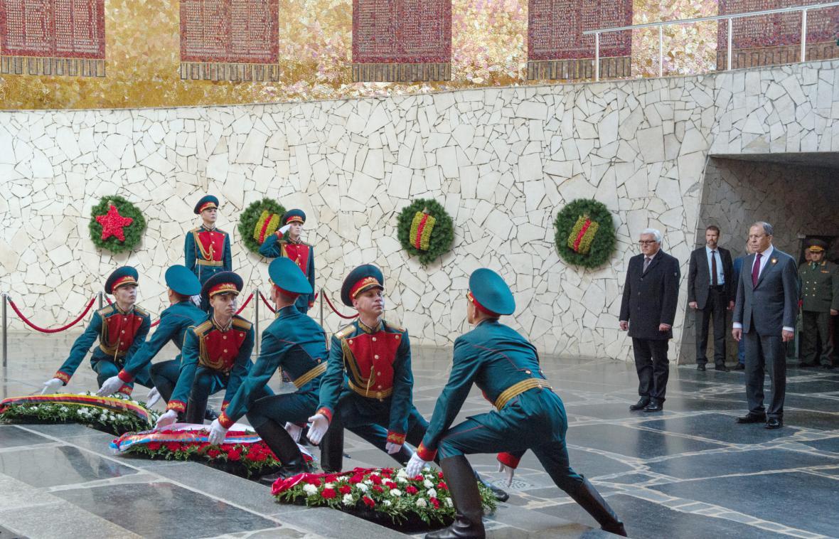 Frank-Walter Steinmeier a Sergej Lavrov u Mamajevovy mohyly ve Volgogradě