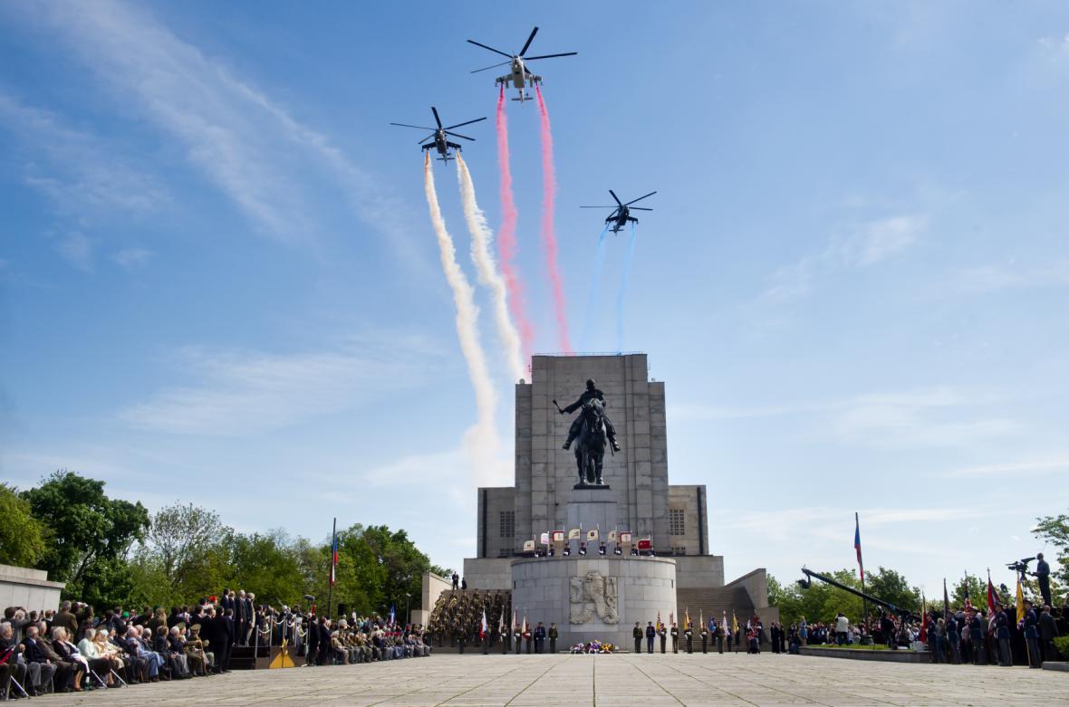 V rámci ceremoniálu nad Vítkovem proletěly vojenské vrtulníky Mi-24