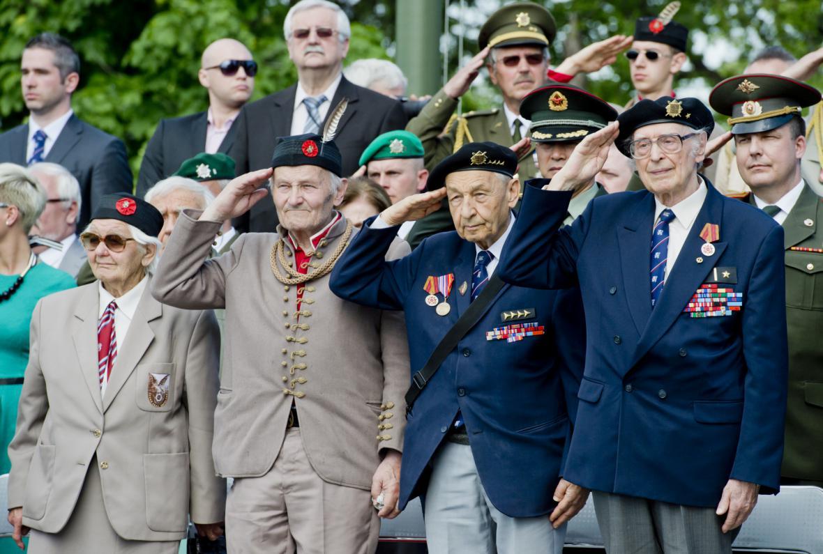 Ceremoniálu na pražském Vítkově se zúčastnili i váleční veteráni