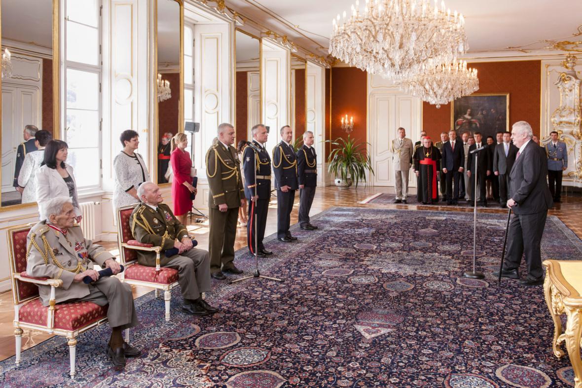 Prezident Miloš Zeman povýšil válečné veterány