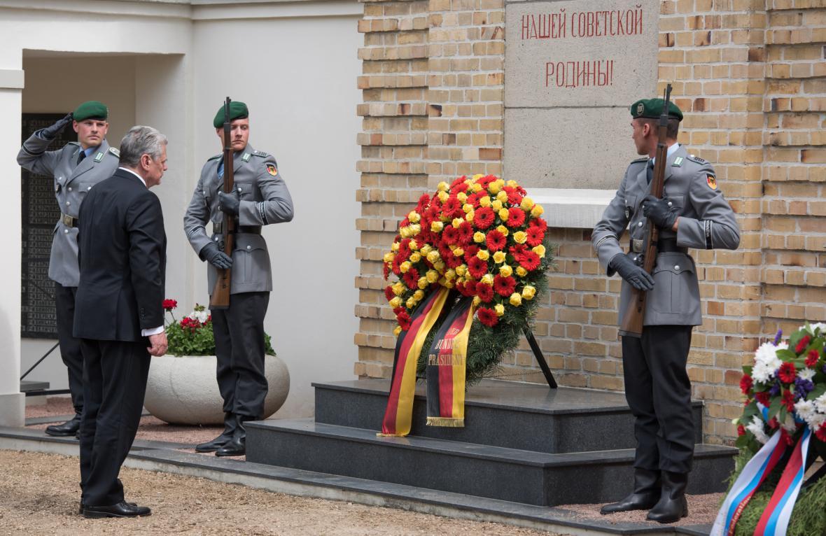 Německý prezident Joachim Gauck uctil památku padlých sovětských vojáků v braniborském Lebusu