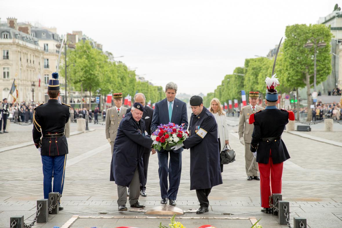 Americký ministr zahraničí John Kerry pokládá věnec na hrob neznámého vojína v Paříži