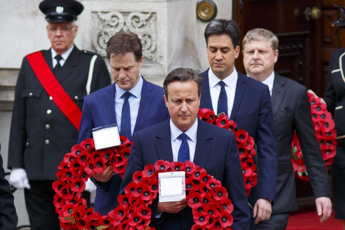 David Cameron, Nick Clegg a Ed Miliband uctili památku padlých ve druhé světové válce