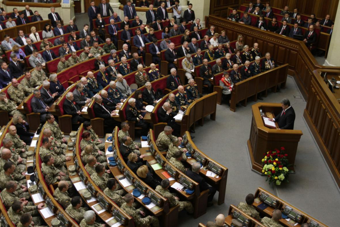 Ukrajinský prezident Petro Porošenko promlouvá k válečným veteránům druhé světové války
