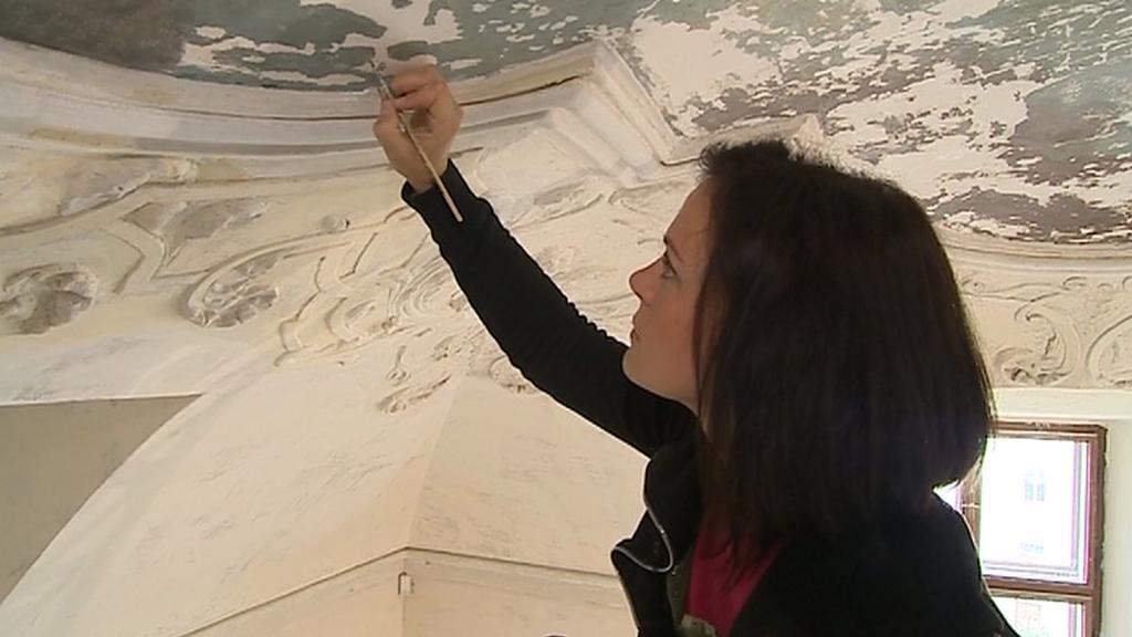Restaurátorka obnovuje cenné fresky