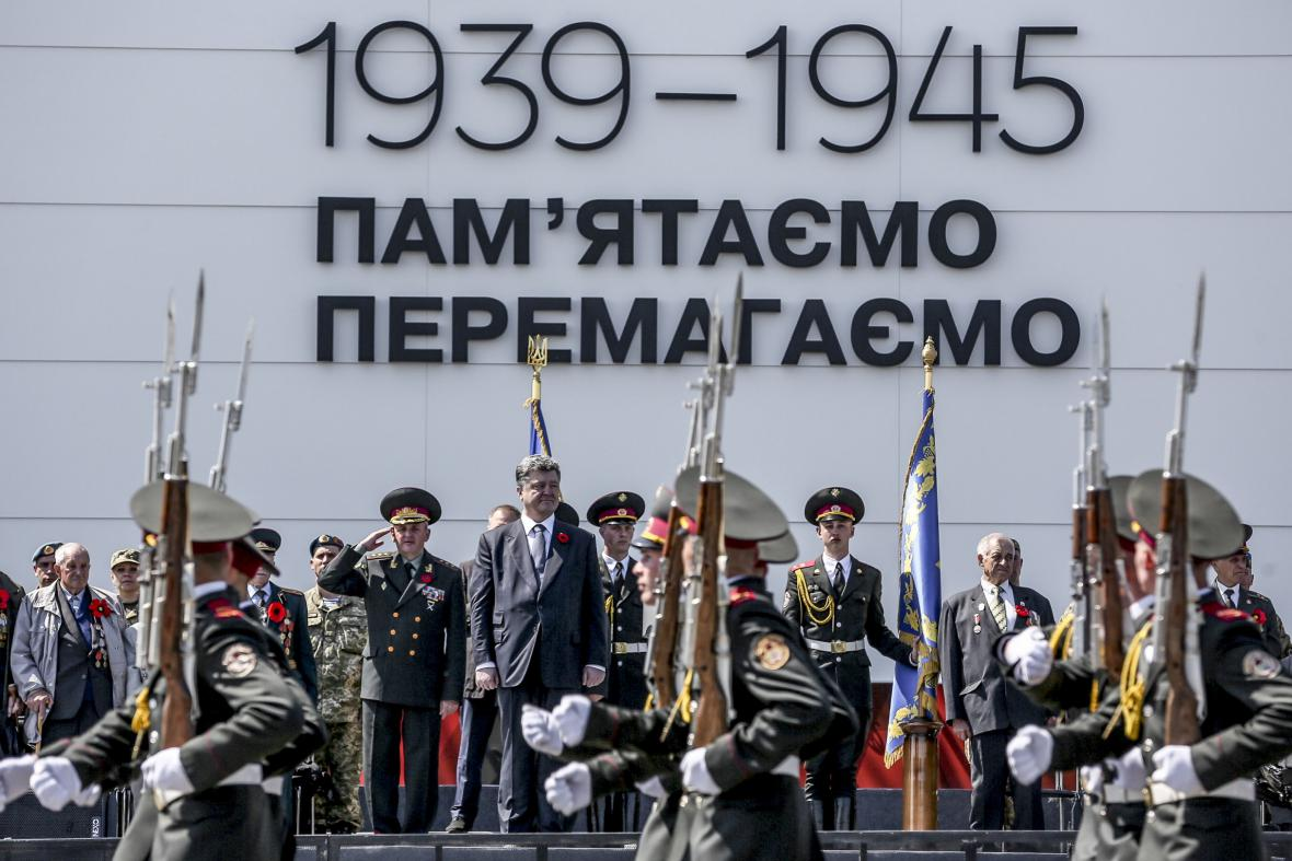 Ukrajinský prezident Petro Porošenko u památníku Motherland v Kyjevě