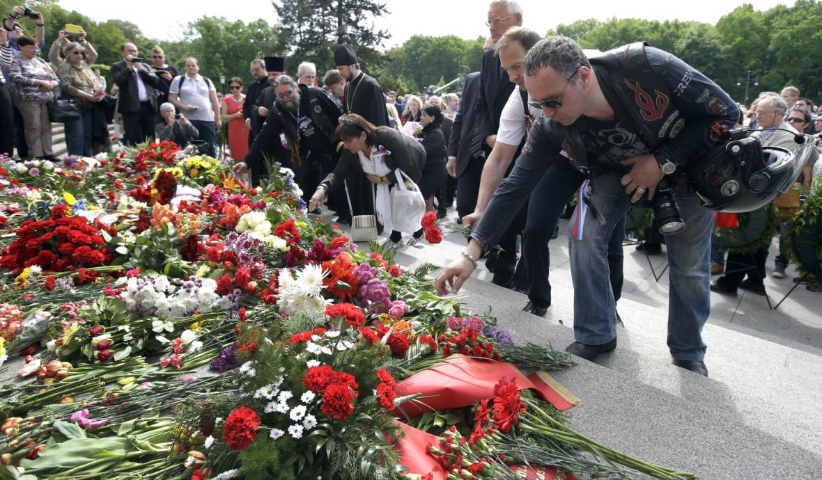 Motorkáři položili v Berlíně květiny