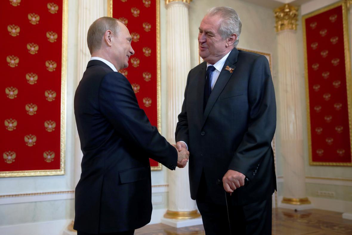Vladimir Putin vítá Miloše Zemana v Kremlu