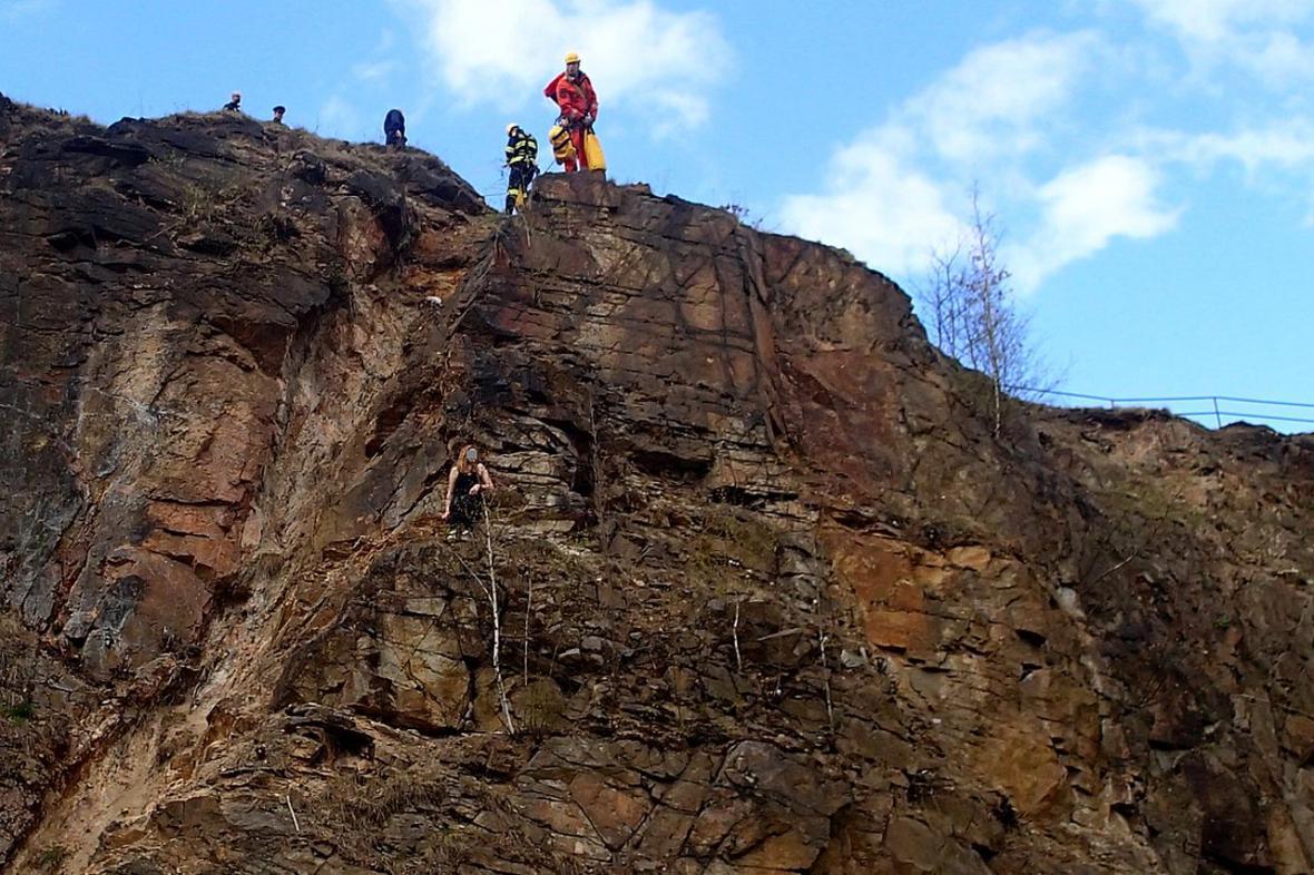Horolezci zachraňují uvízlou dívku