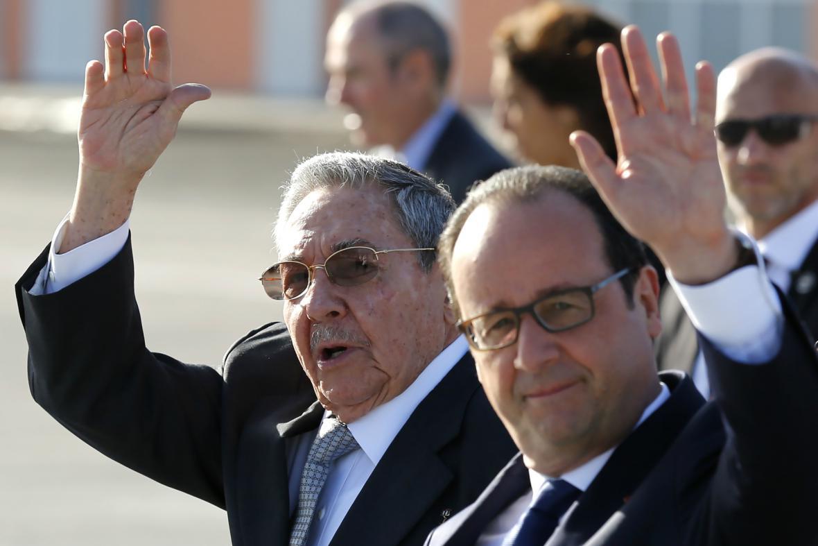 Francois Hollande v doprovodu Raúla Castra