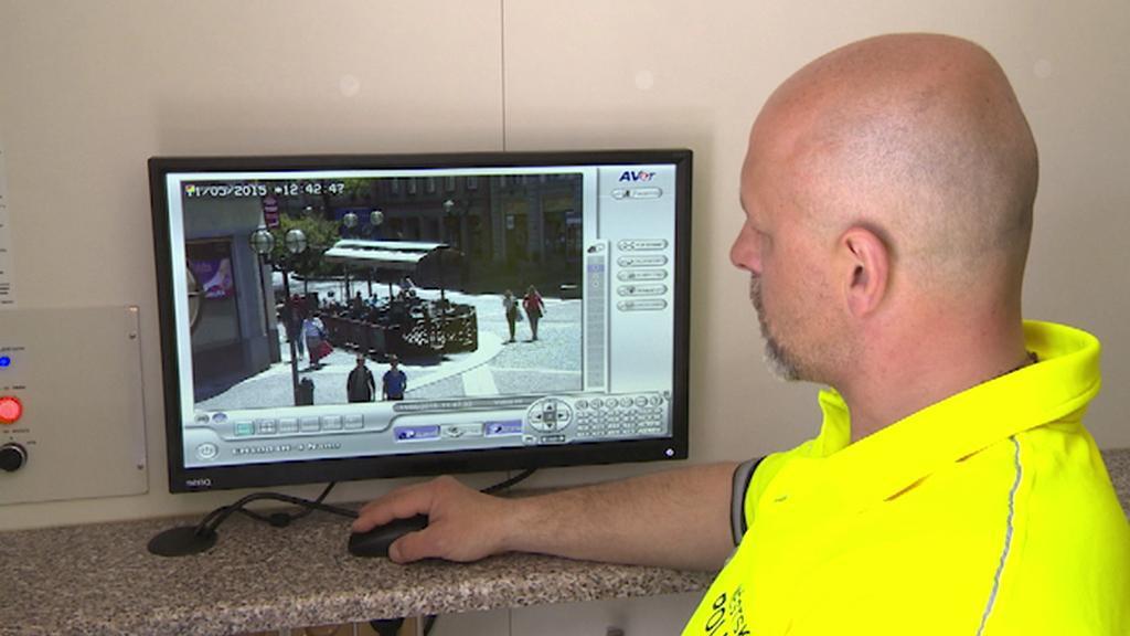 Strážník sleduje záběry pořízené s novým vozidlem