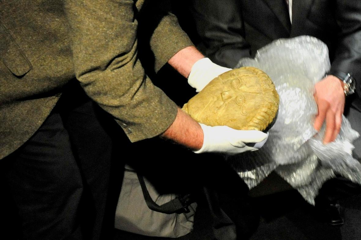 Instalace kamenné hlavy keltského heroa z Mšeckých Žehrovic