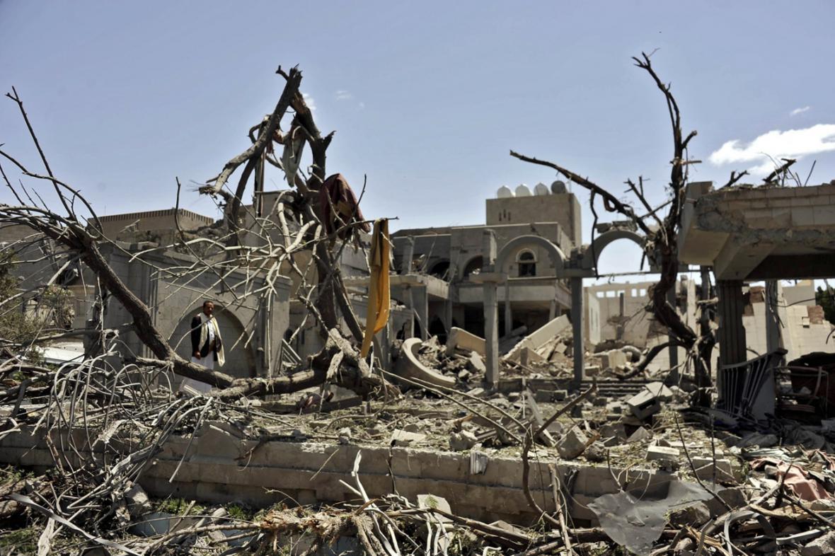 Trosky prezidentského sídla v jemenské metropoli Saná