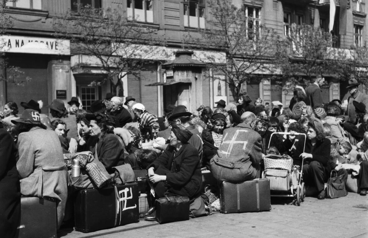 Pražští Němci čekají v květnu 1945 na odjezd