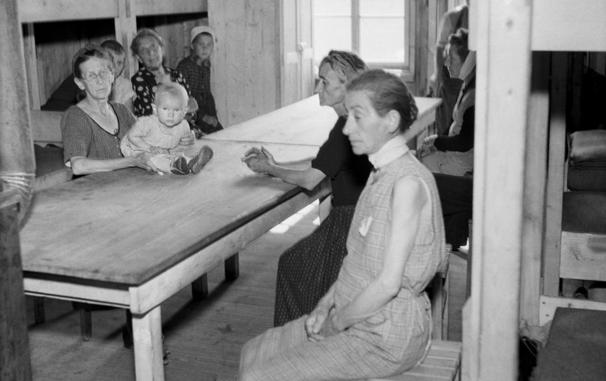 Kladenský sběrný tábor Němců v červenci 1945