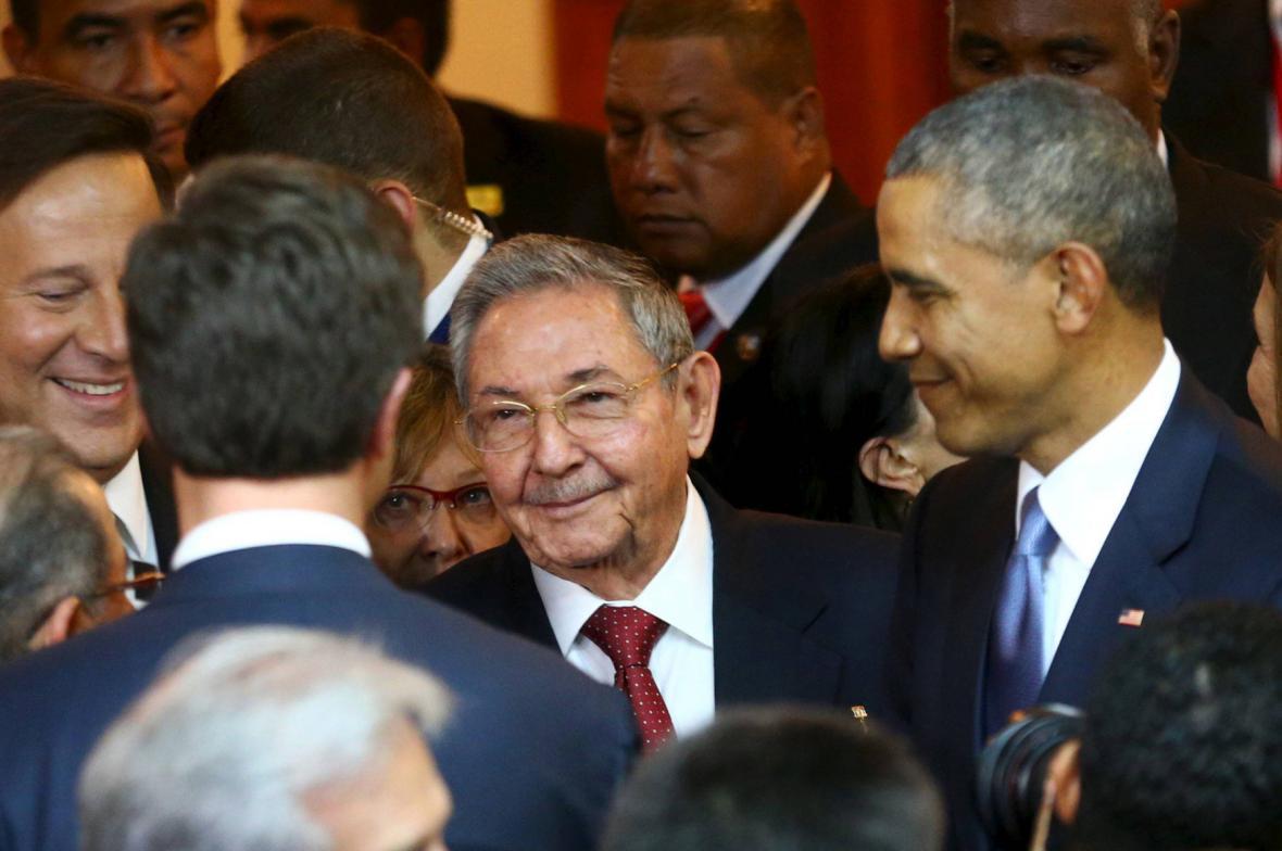 Raúl Castro a Barack Obama před zahájením summitu v Panamě
