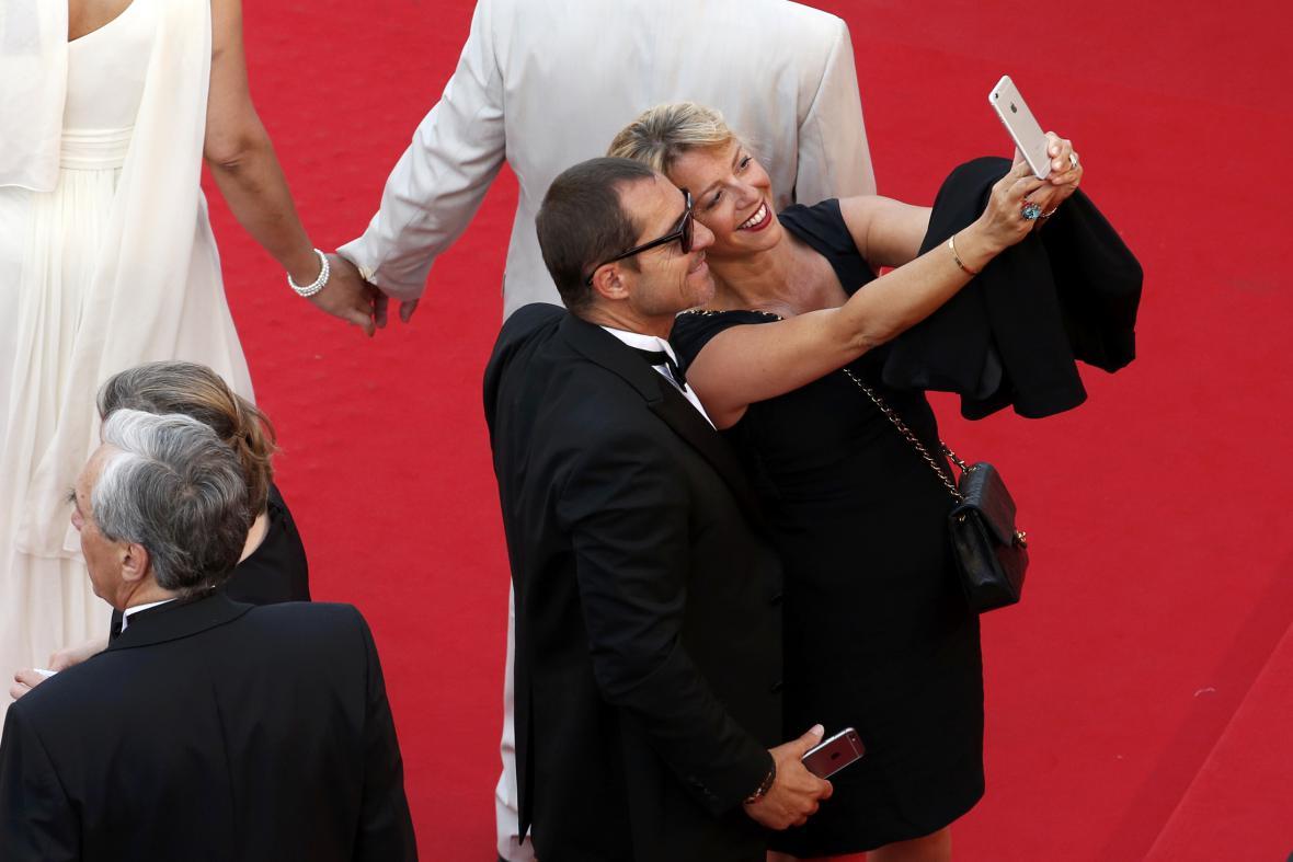 Návštěvníci festivalu v Cannes fotí selfie na červeném koberci