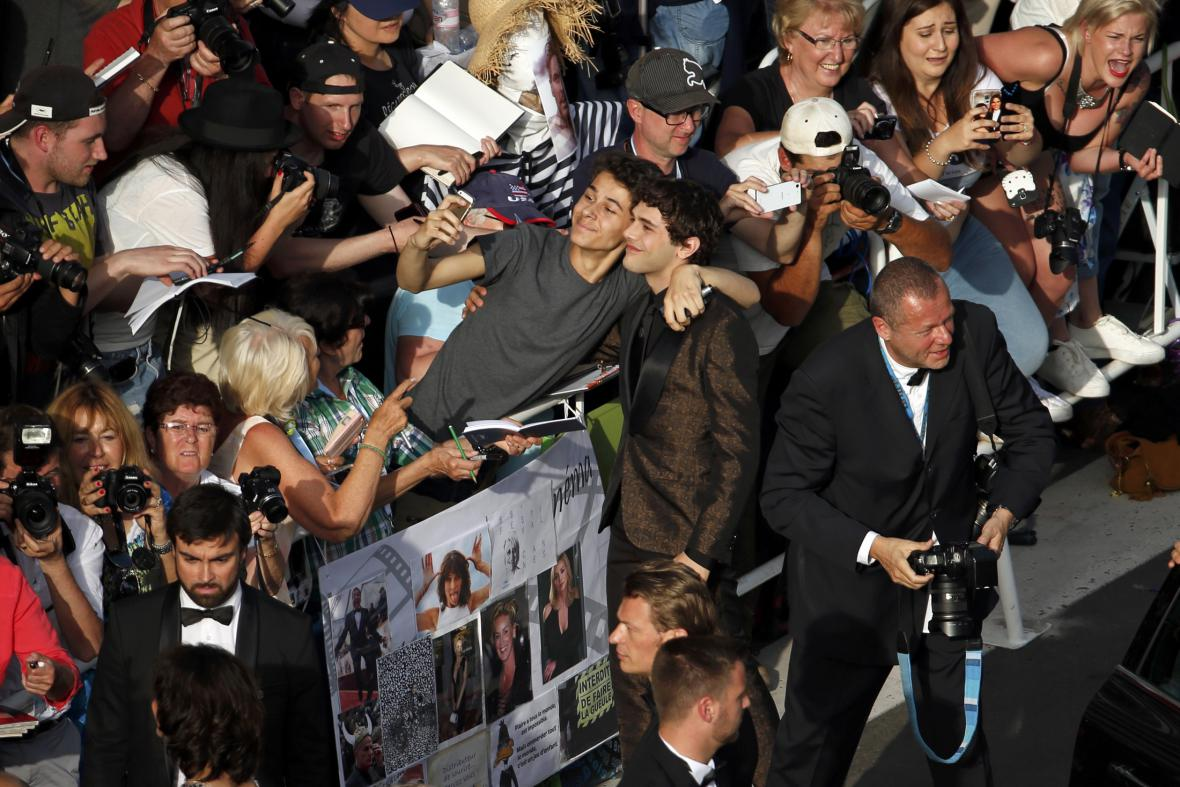 Člen poroty a herec Xavier Dolan pózuje s fanoušky při příchodu na zahajovací večer v Cannes