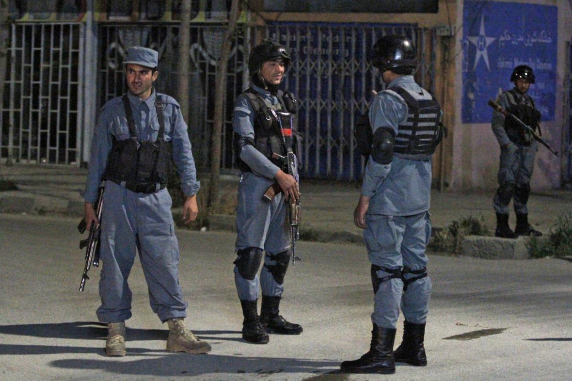 Afghánští policisté hlídkují před kábulským hotelem Park Palace
