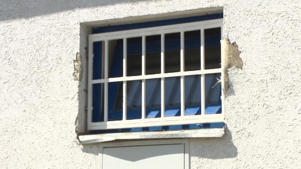 Z tohoto okna StB monitorovala, kdo k památníku chodí