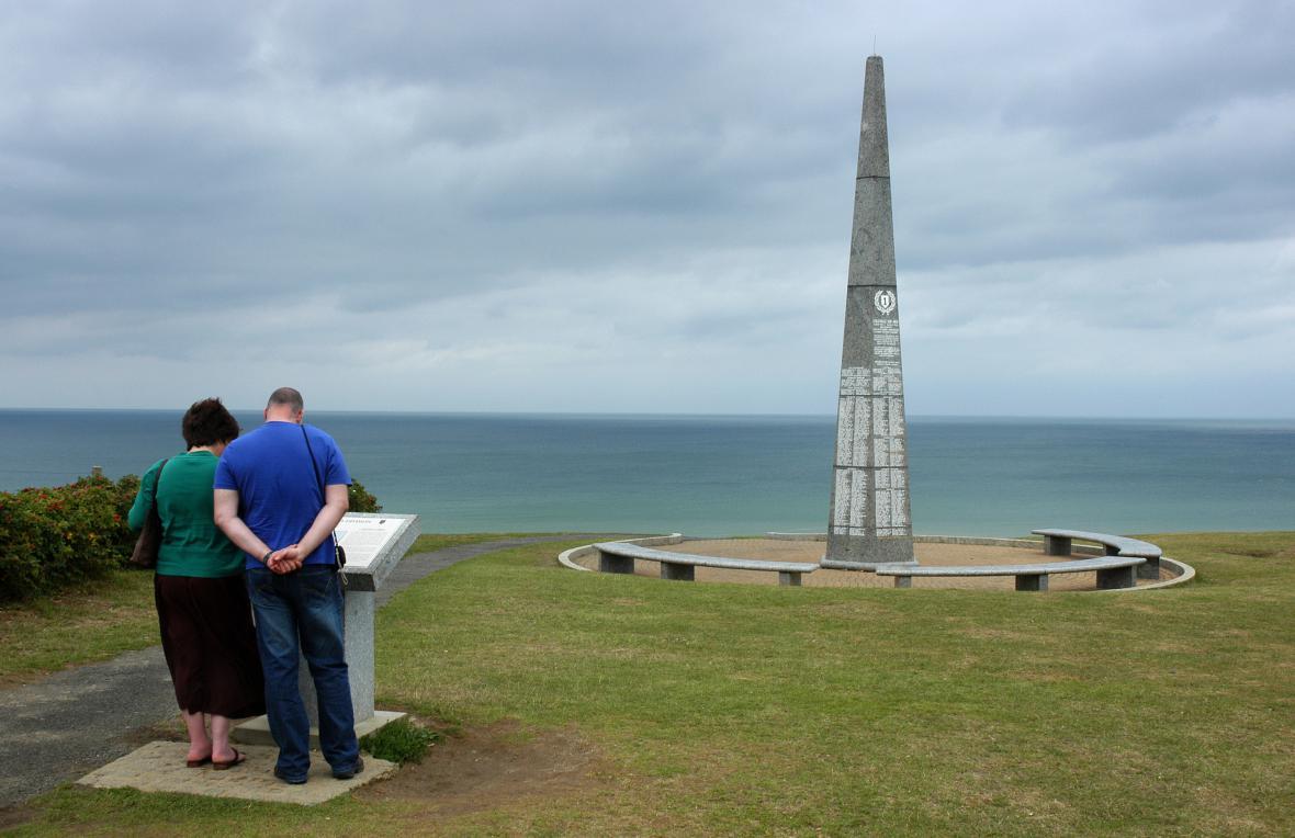 Památník 1. pěší divize nad pláží Omaha v Normandii