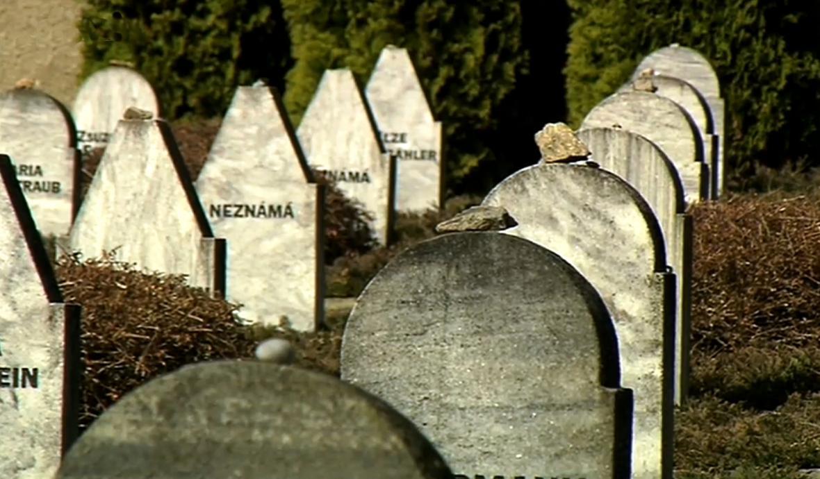 Hroby utýraných žen při pochodu smrti
