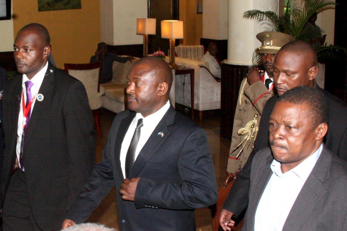 Prezident Pierre Nkurunziza (uprostřed)
