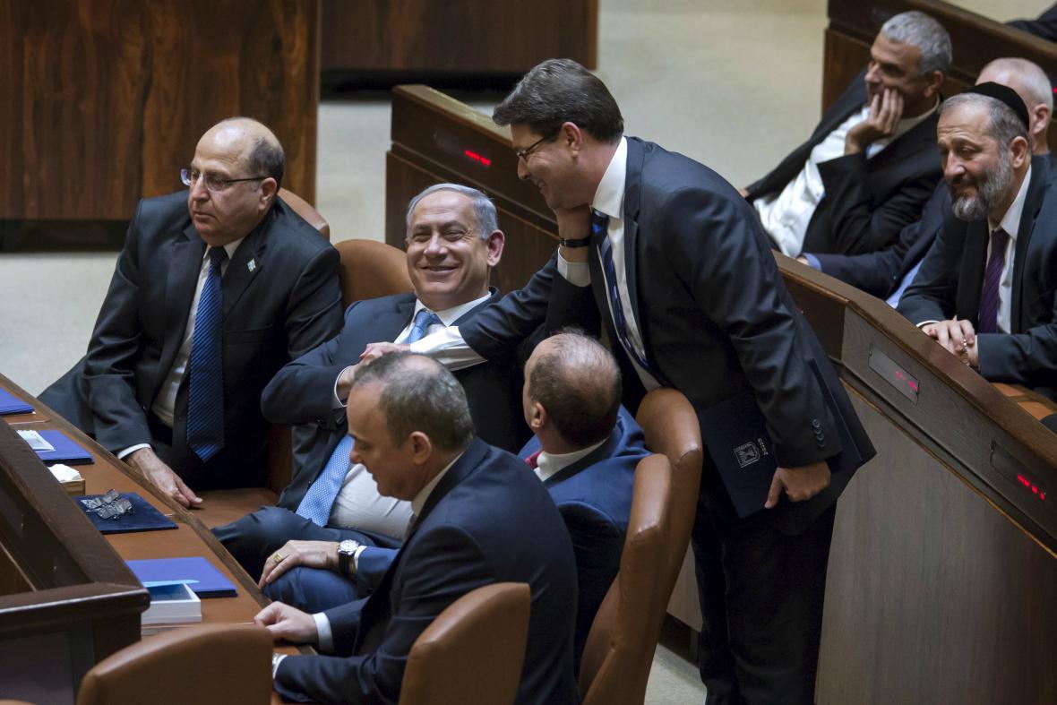 Netanjahu přijímá gratulace po získání důvěry