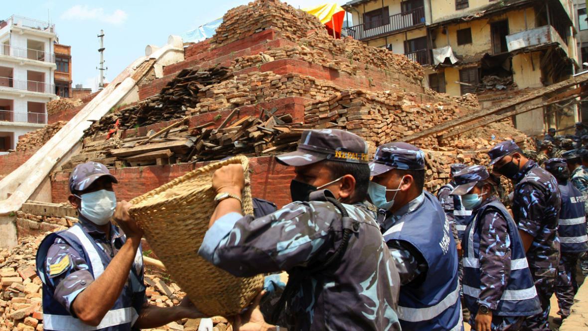 Policie a armáda pokračují v odklízení trosek v Káthmándú