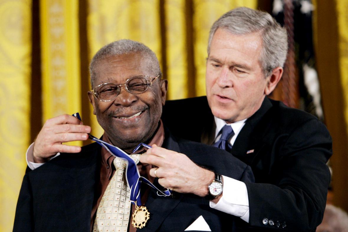 B. B. King dostává od George Bushe Prezidentskou medaili svobody