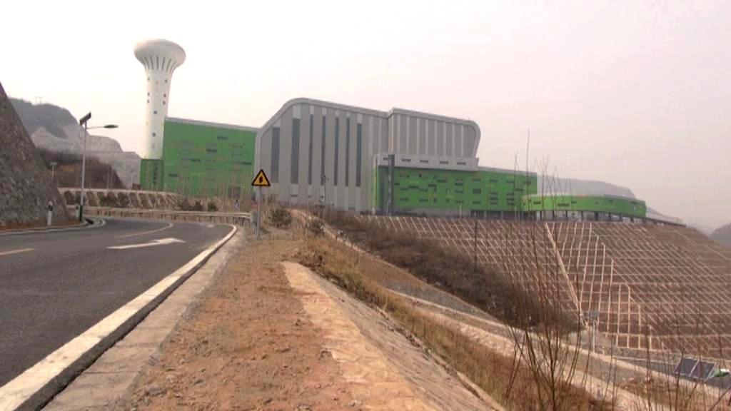 Obří spalovna západně od Pekingu je nechtěnou dominantou místní vesnice
