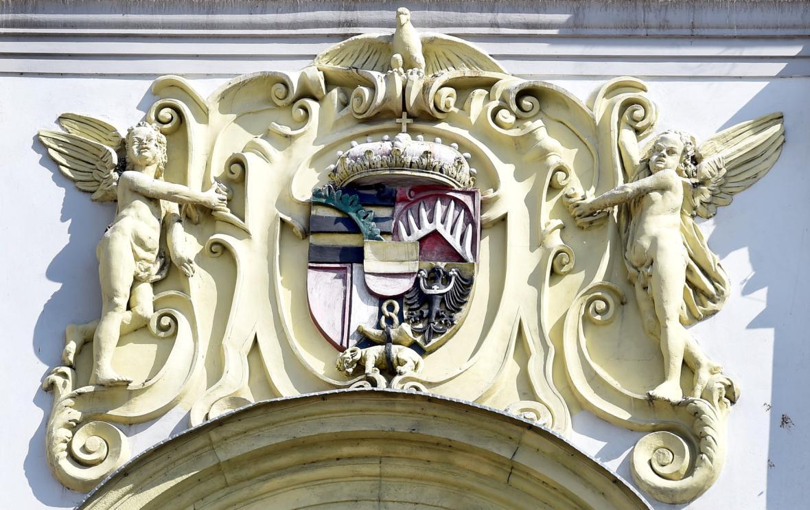 Erb Lichtenštejnů na kostele sv. Vojtěcha v Opavě