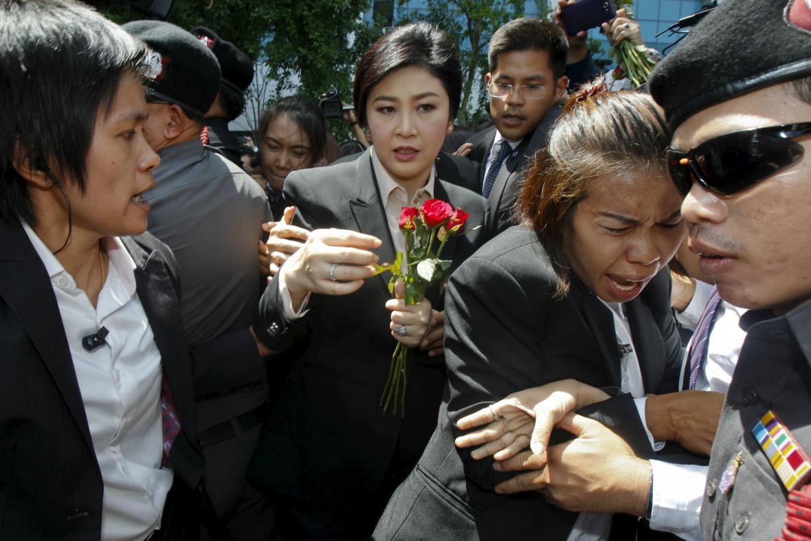 Na Šinavatrovou čekali před soudní budovou její příznivci