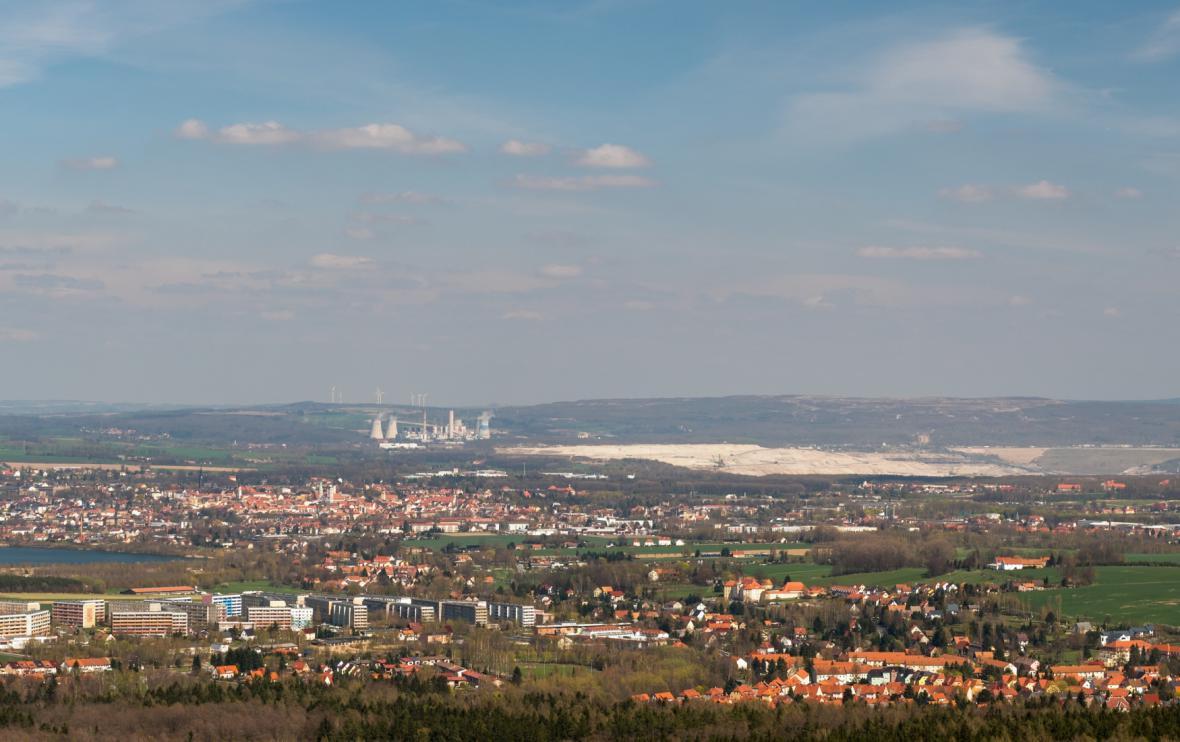 Na pozadí města Žitava elektrárna Turów a přilehlý uhelný velkolom