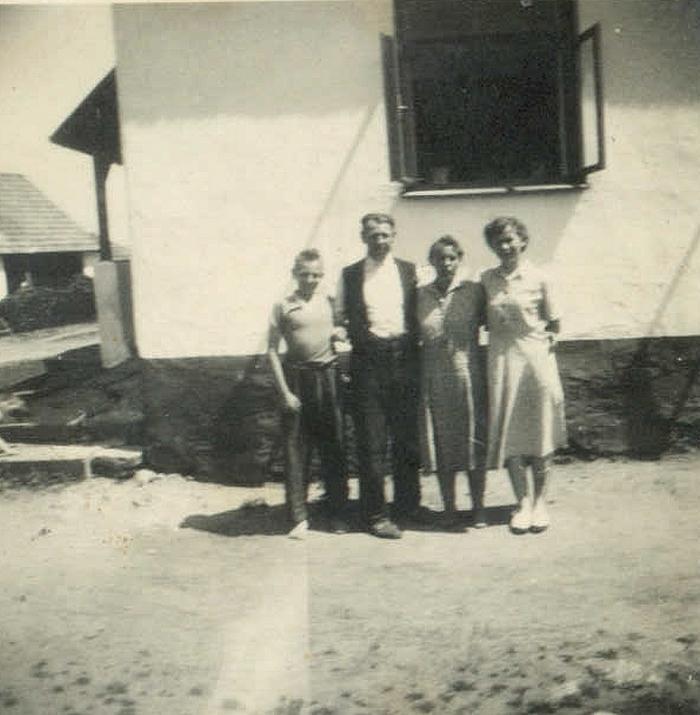 Rodina Macháčkových před Pachnerovic domem