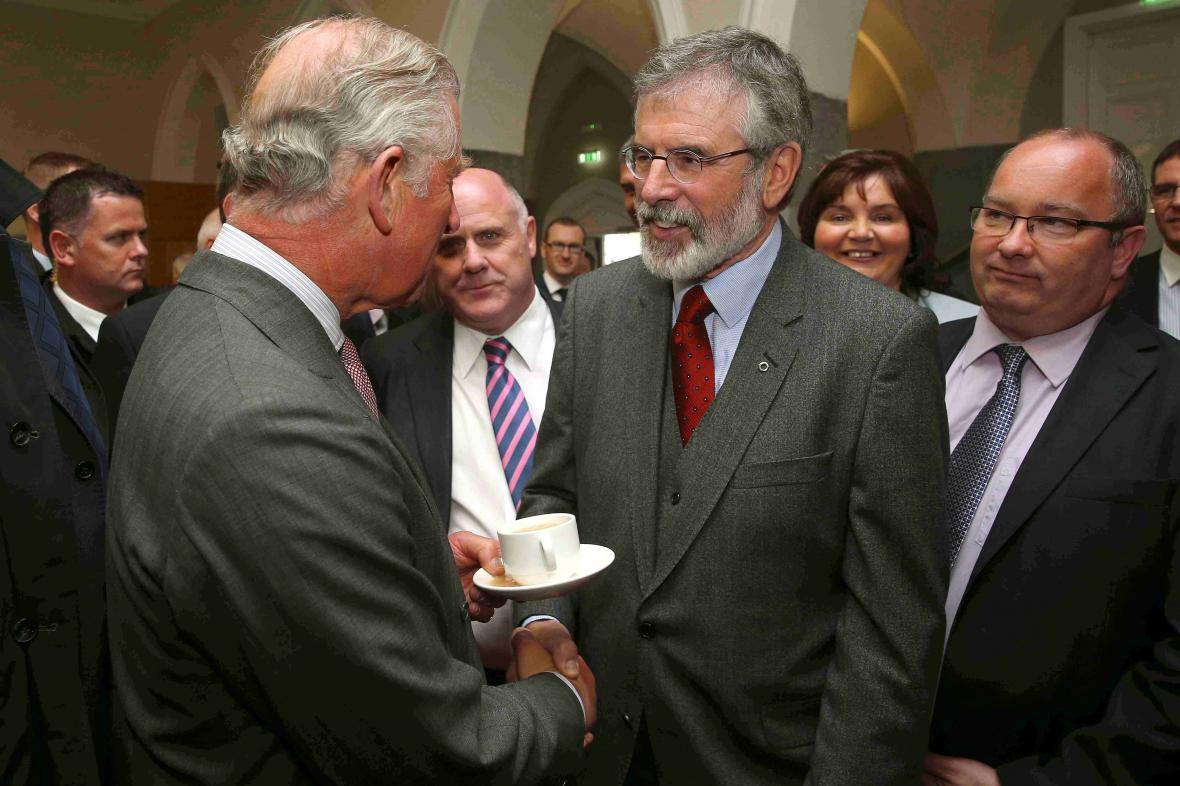 Britský princ Charles a lídr Sin Fein Gerry Adams