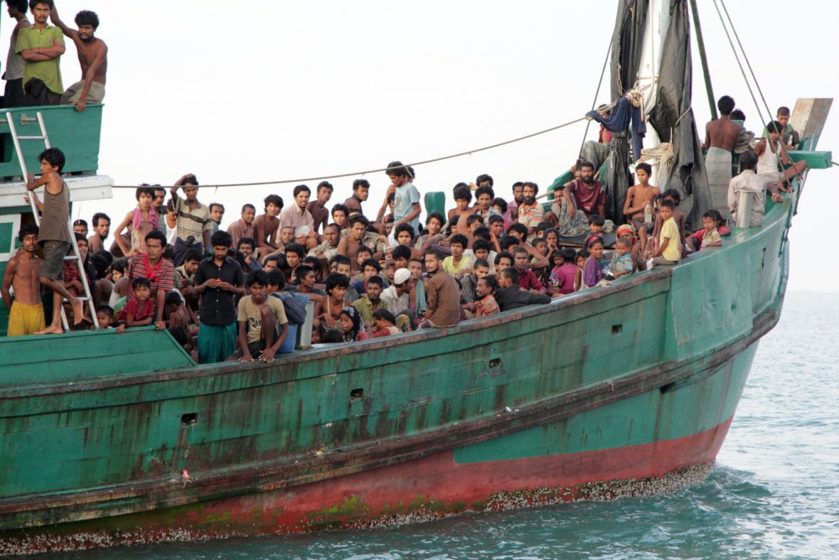Běženci zachránění flotilou indonéských rybářů