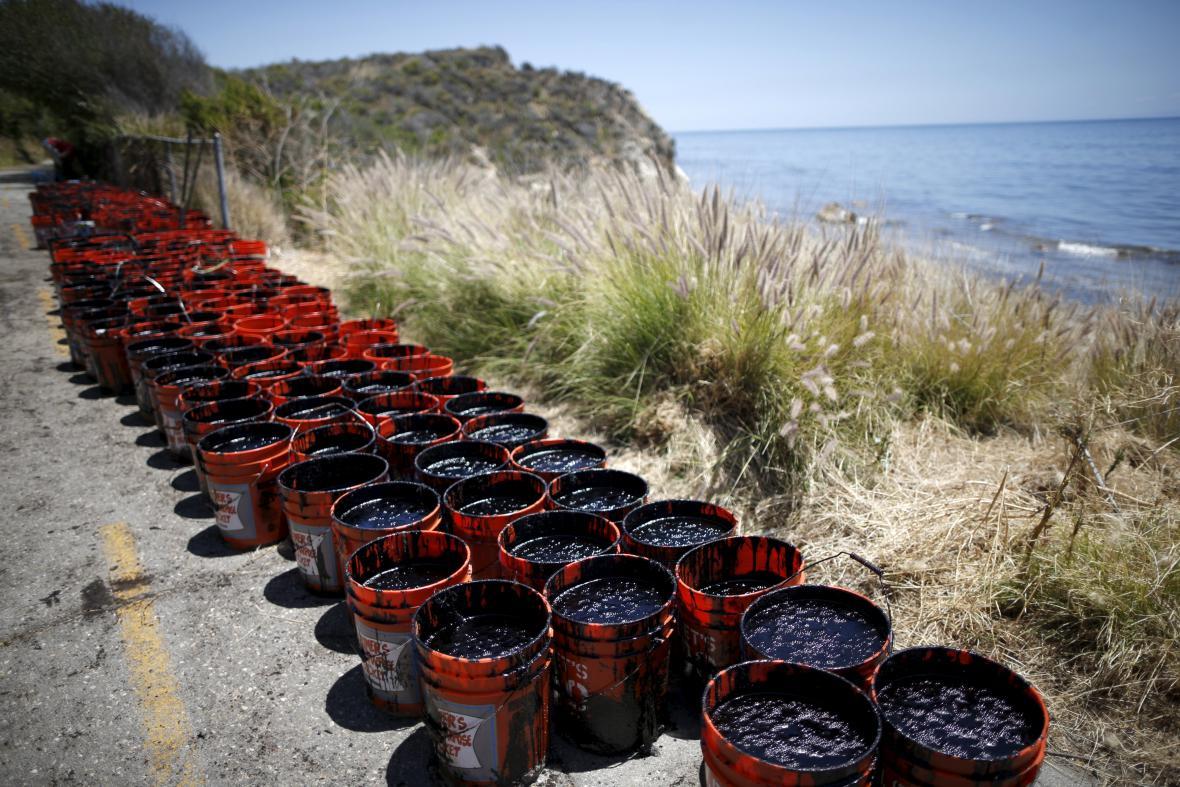 Barely zachycené ropy u pobřeží poblíž Santa Barbary