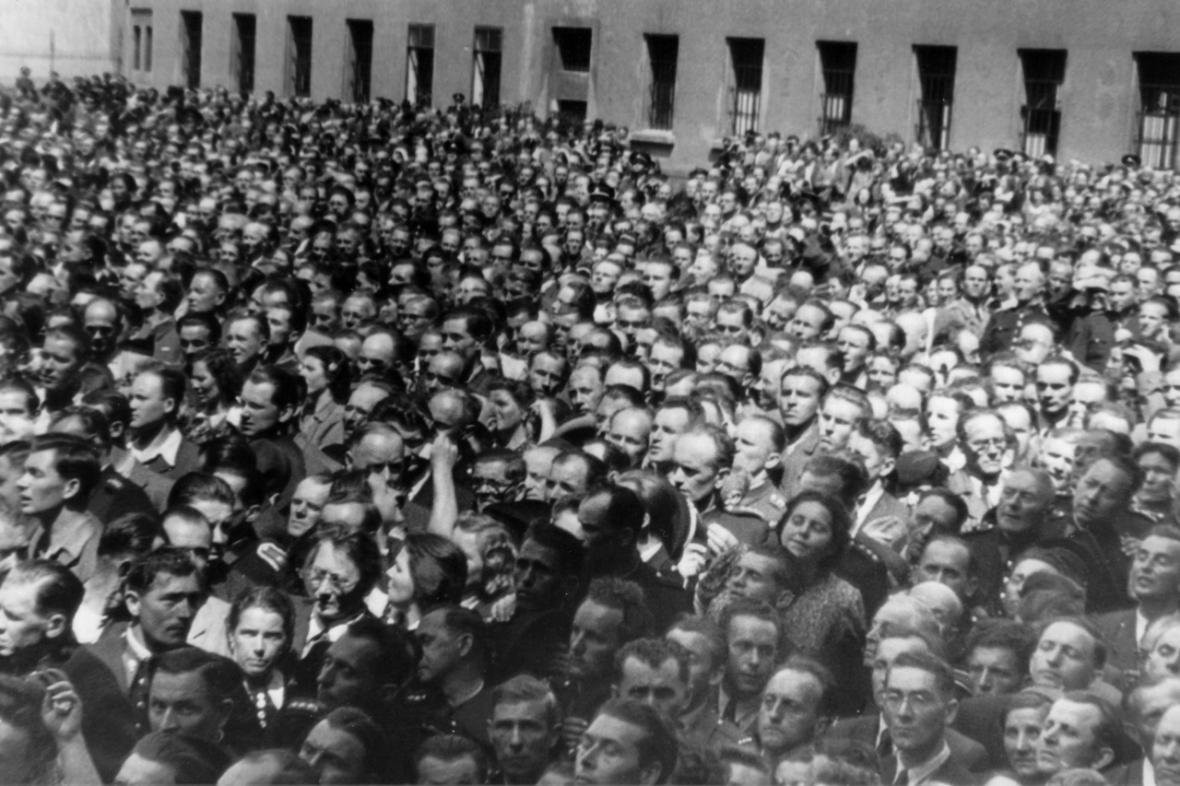 Davy lidí přihlížející popravě K. H. Franka