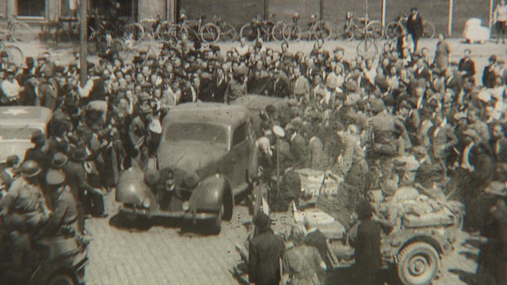 Unikátní fotografie: V autě je zatčený K. H. Frank