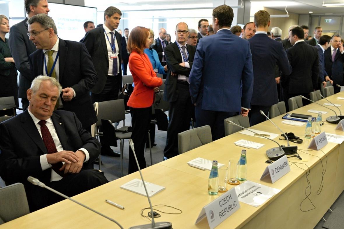 Miloš Zeman a Lubomír Zaorálek na summitu v Rize