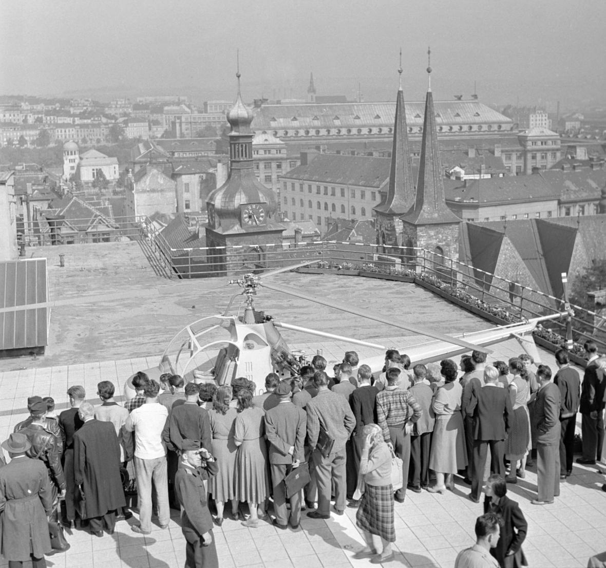 Vrtulník na terase Bílé labutě v roce 1957