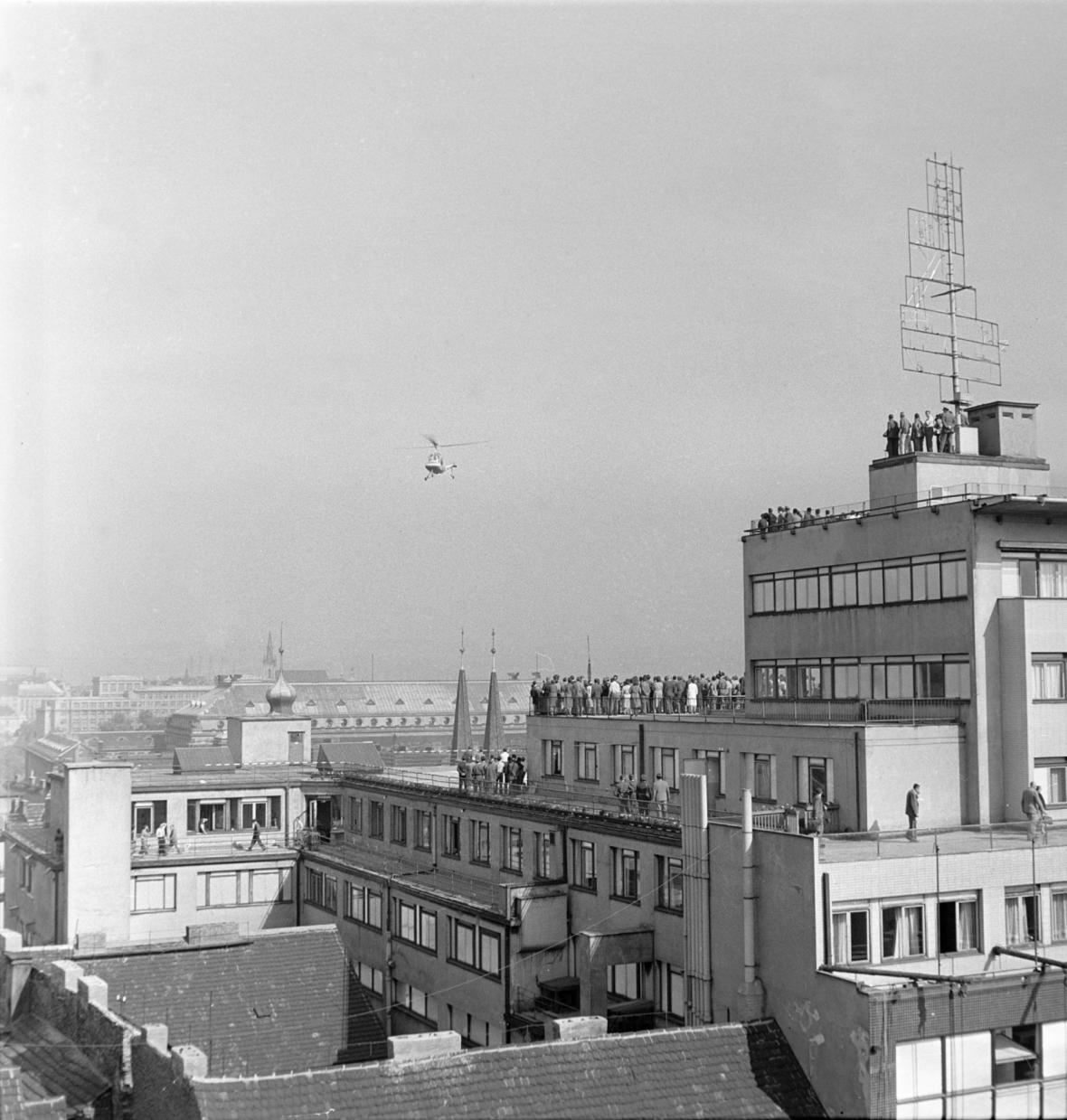 Bílá labuť v roce 1957 - přistání vrtulníku