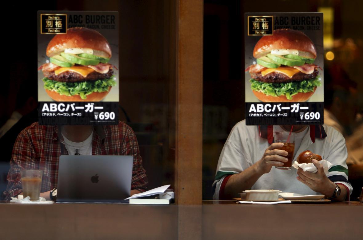 Reklama na hamburgery v japonském fastfoodu