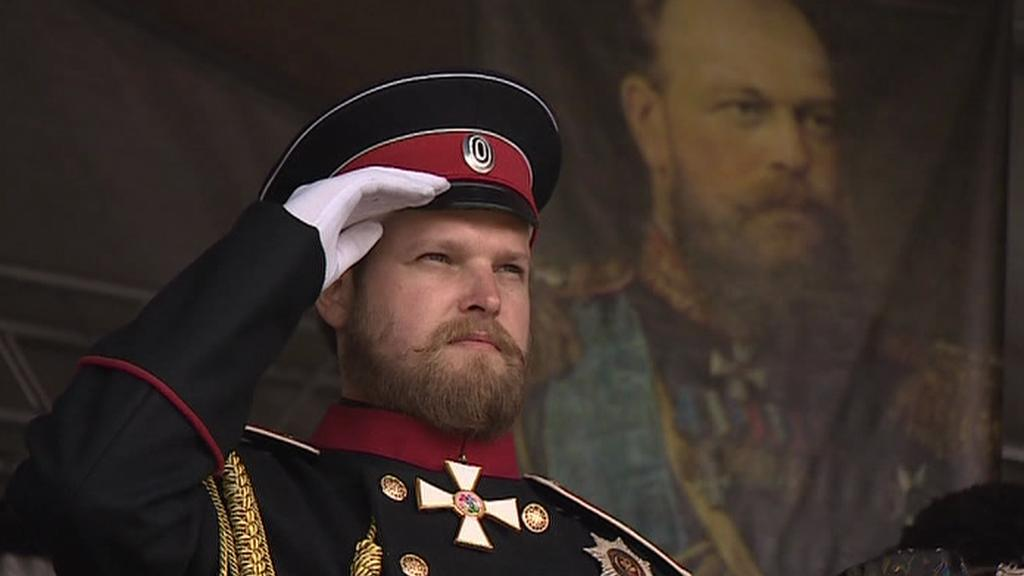 Car Alexandr III. salutuje