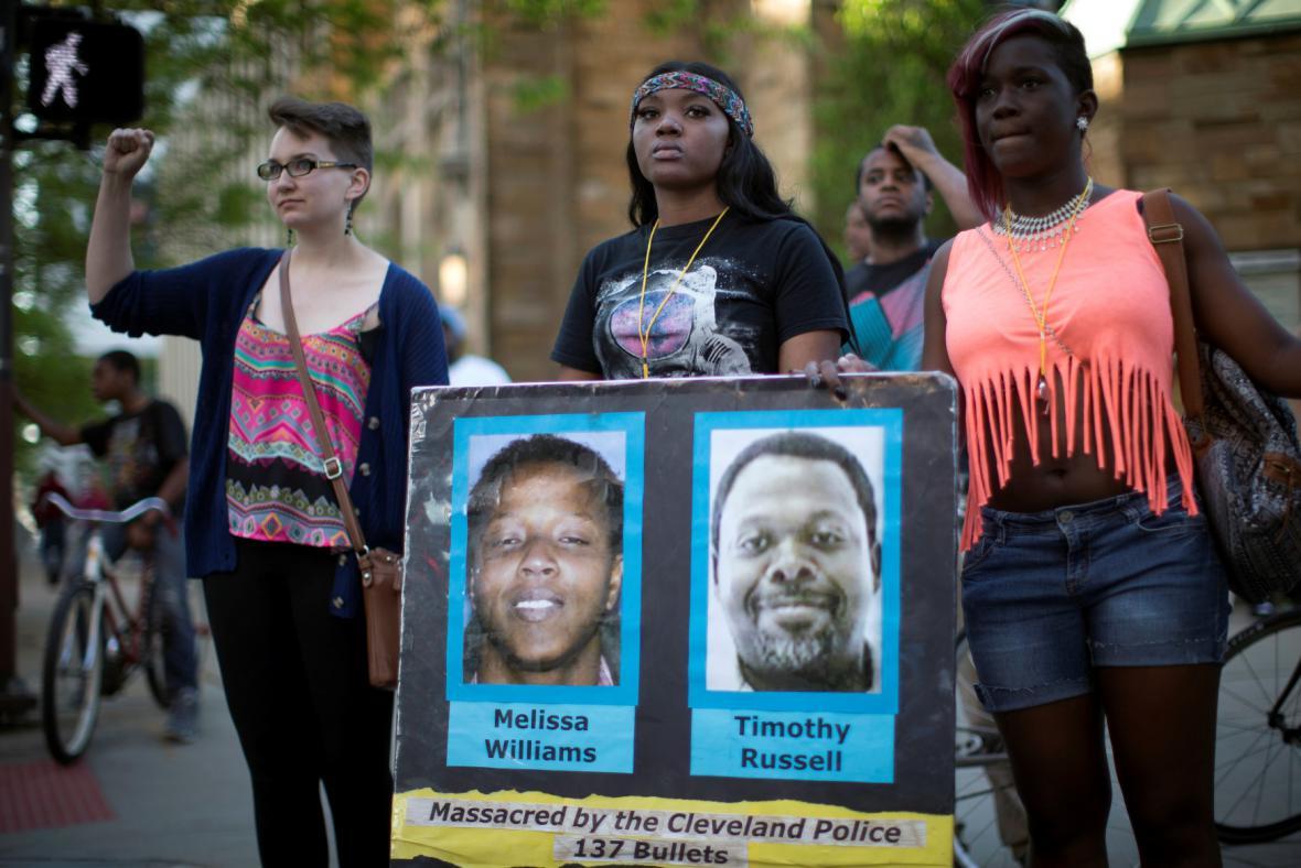 Protestující s podobiznami dvou zastřelených Afroameričanů