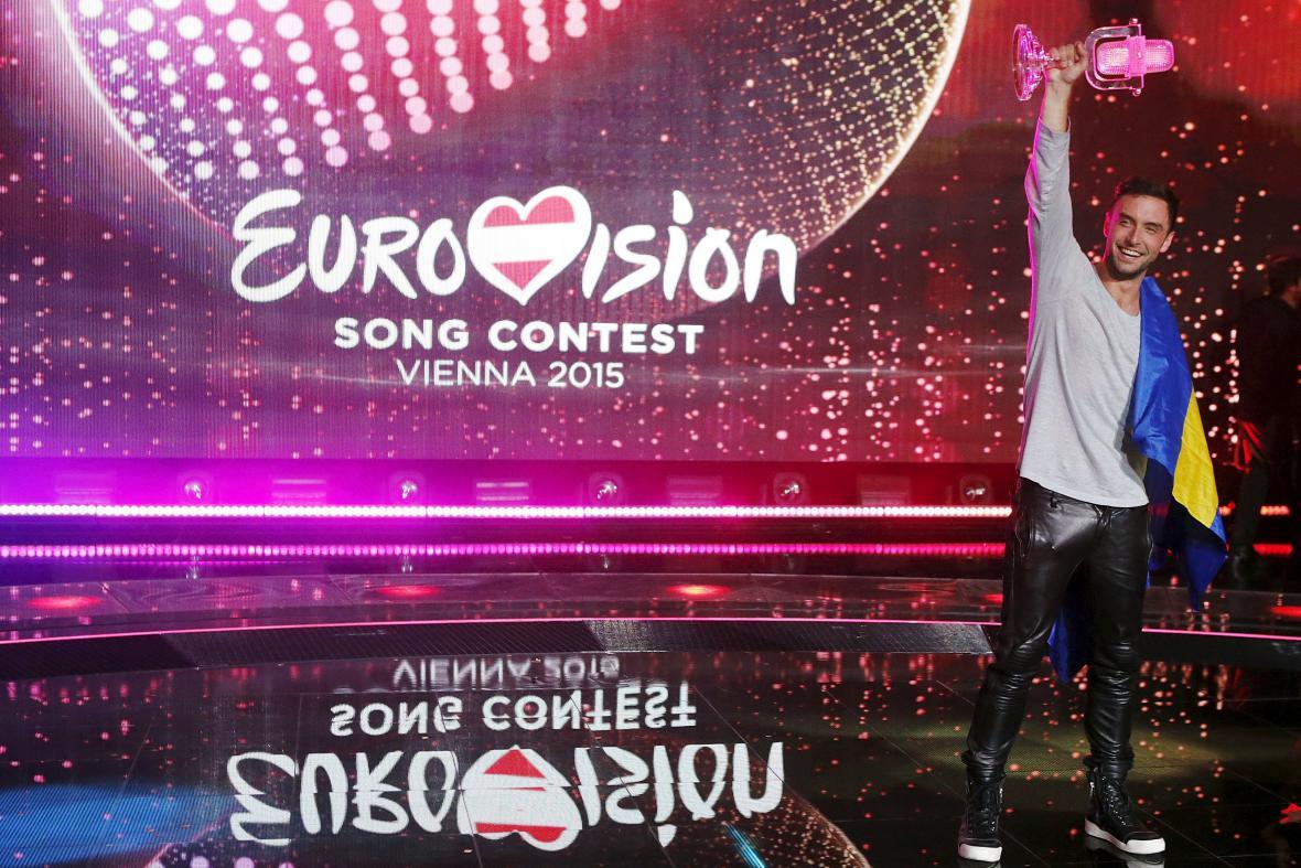 Måns Zelmerlöw s trofejí pro vítěze Eurovize