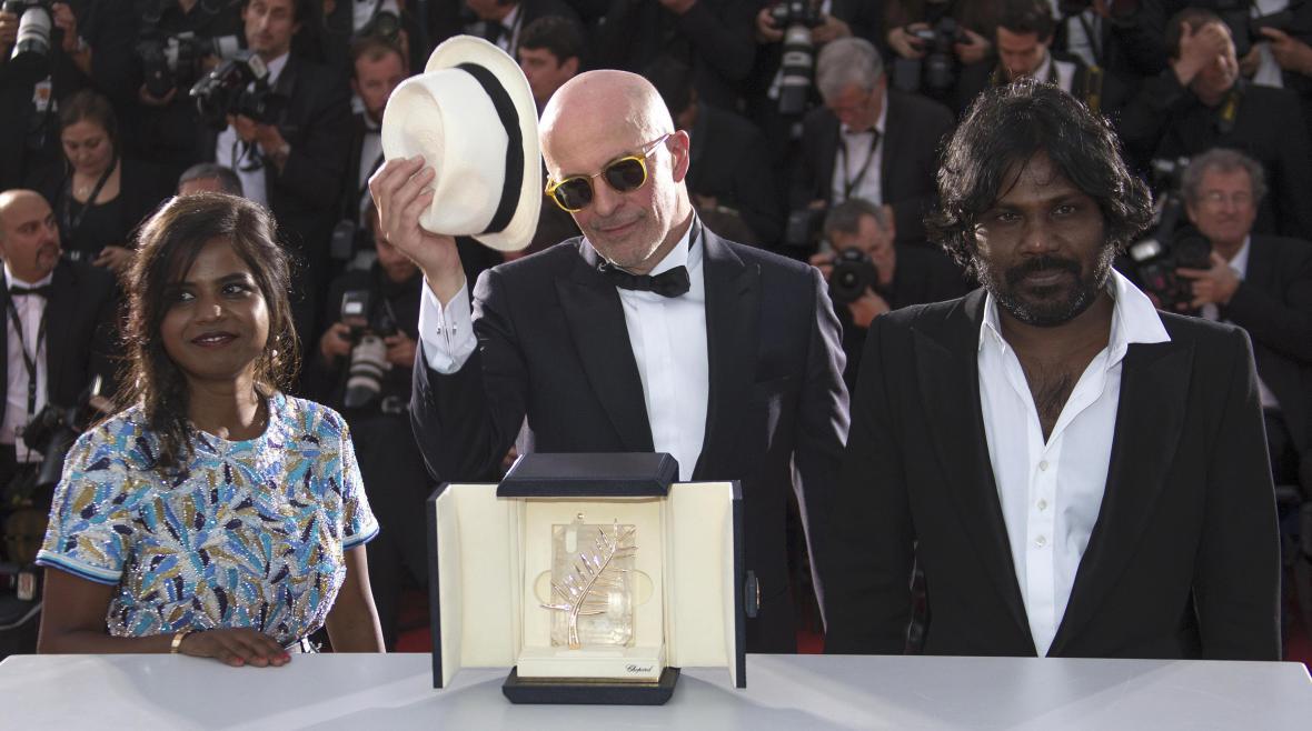 Režisér Jacques Audiard se Zlatou palmou i svými herci z filmu Dheepan