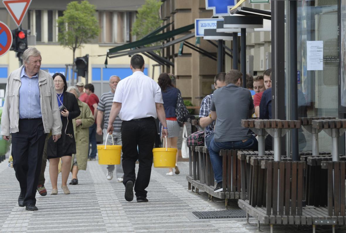 Kvůli nepitné vodě chodí lidé s kyblíky k cisternám